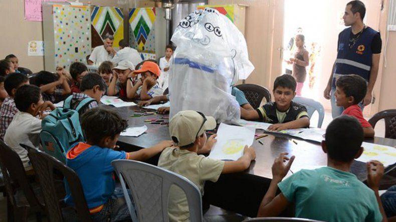 Las cartas son traducidas al árabe. La idea es que cada chico sirio que reciba una notita la pueda responder.