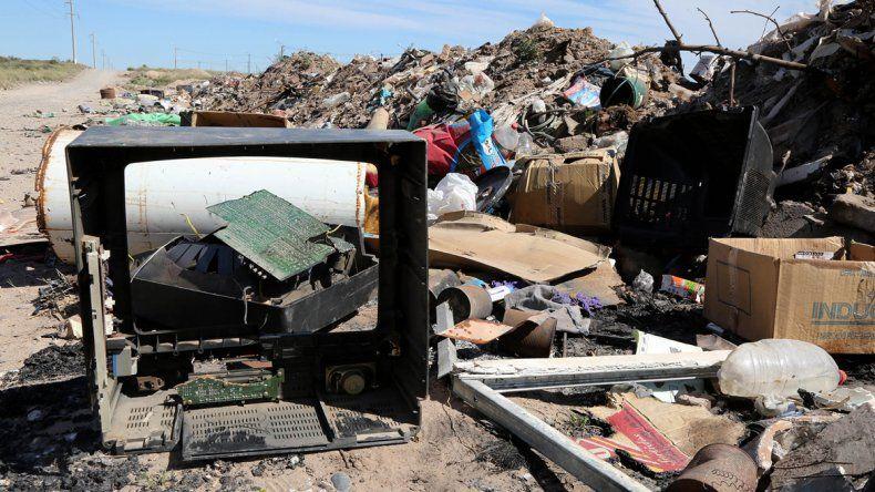 Muchos desechos electrónicos terminan en los basurales o en la barda.