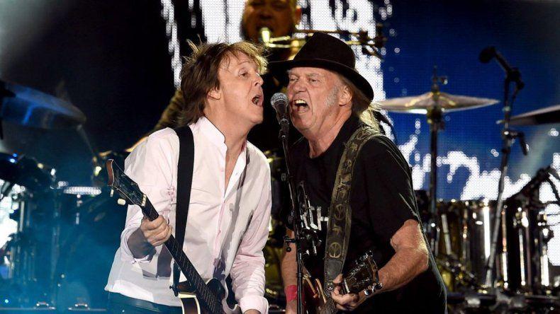 Paul McCartney y Neil Young hicieron emocionar al público con dos temas de Lennon: A Day In The Life y Give Peace a Chance.