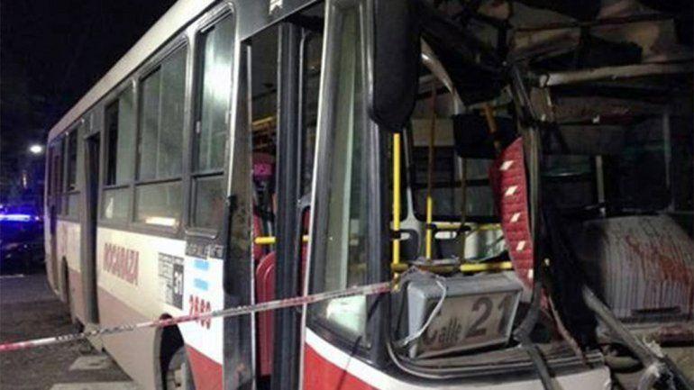 Un muerto y seis heridos tras un choque entre un colectivo y una camioneta