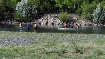El balneario Figueroa había sido habilitado por el Municipio, pero se cerró por contaminación (izquierda). Otros tramos del río Neuquén no tienen costa y no pueden ser aprovechados.