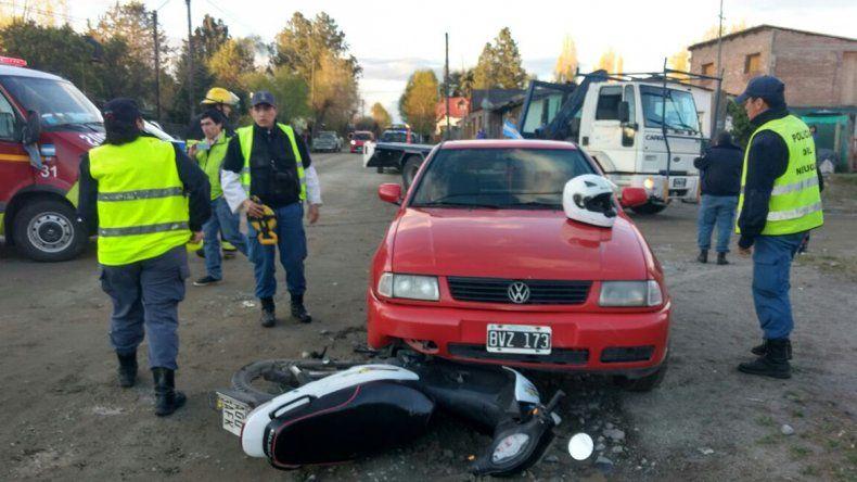 Una automovilista dobló en contramano y atropelló a dos jóvenes que iban en moto