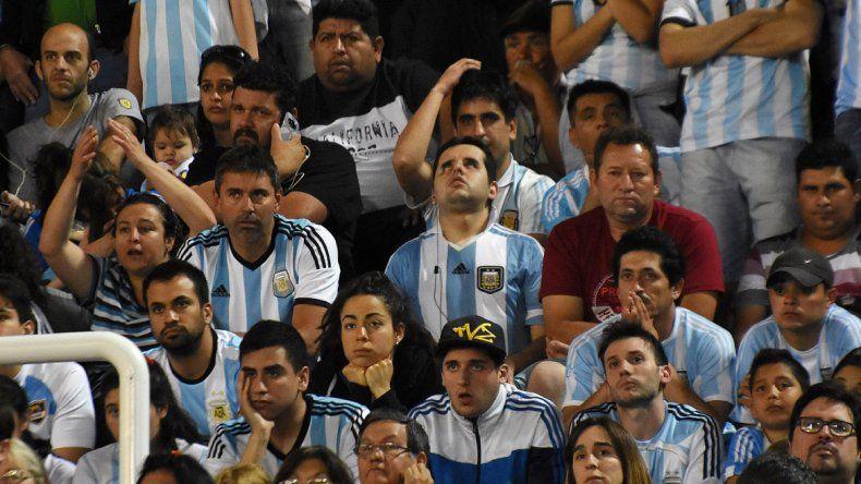 La gente que llenó el estadio se decepcionó con la derrota de la Selección.