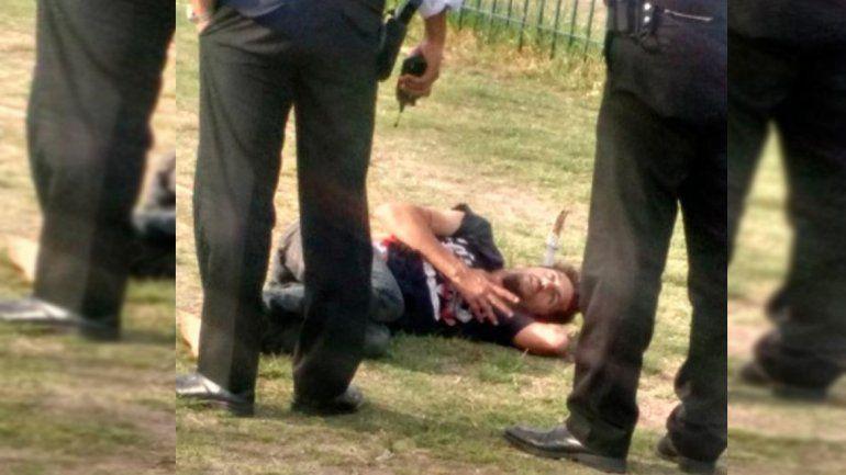 Apuñaló a dos chicas y los vecinos le clavaron un cuchillo en la cabeza