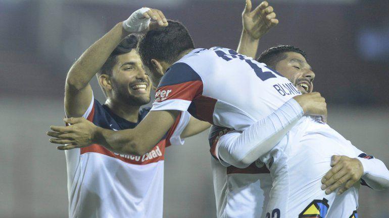 Seba Blanco (fue figura) es abrazado por Blandi y Ortigoza.