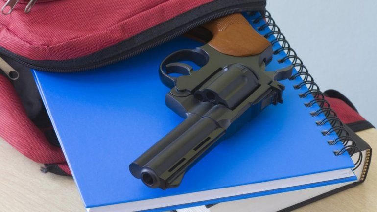 Manipulaban el revólver en el baño y se disparó: la bala le rozó el labio a un adolescente que debió ser operado.