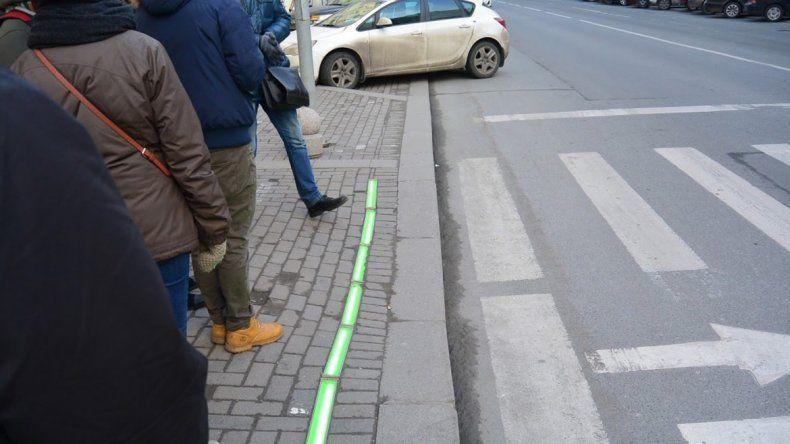 Las luces están en el piso y les avisan a los colgados que no deben cruzar.
