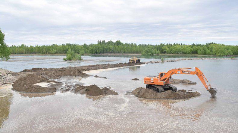 Los trabajos comenzaron en la zona del Río Grande. Con un terraplén construyen una especie de dique que permitirá direccionar el caudal hacia la zona del balneario Albino Cotro.