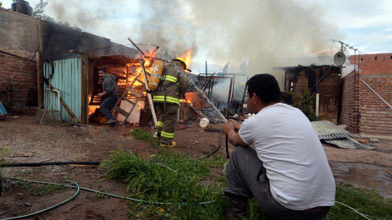Realizaron 13 allanamientos ayer a la mañana. A la tarde quemaron la casa de una mujer que ayudó a las víctimas.