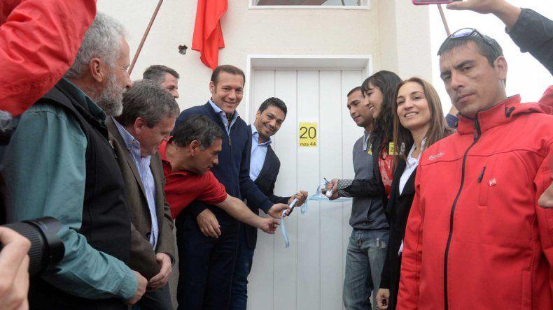 Mayra fue la primera en recibir la llave de su casa propia.