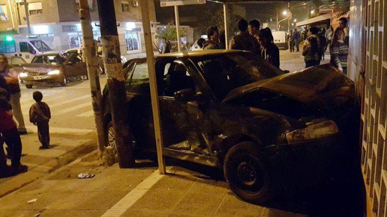 Dos autos chocaron y uno de ellos terminó contra el frente de un local comercial: dos heridos