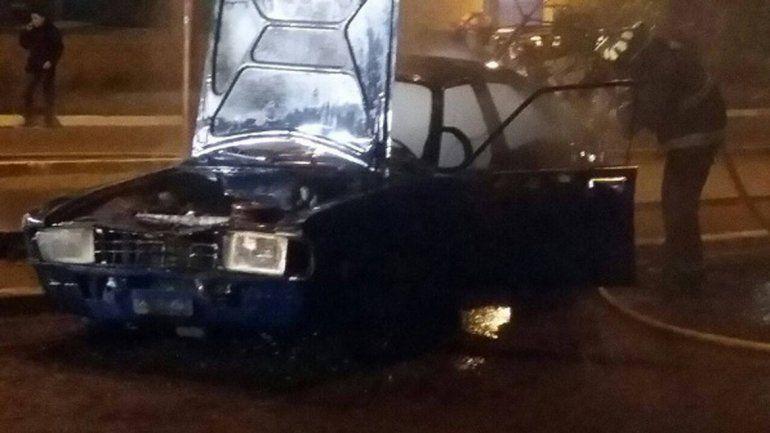 Un auto chocó, se incendió y sus ocupantes se fugaron