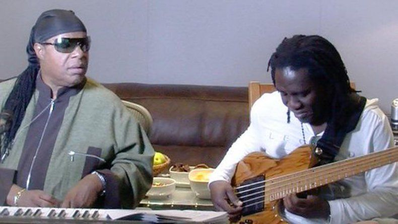 Richard Bona junto a Stevie Wonder