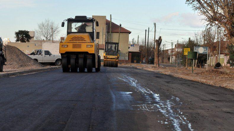 El intendente Horacio Quiroga admitió que cada vez que sale a recorrer obras municipales en los barrios le reclaman más asfalto en las calles.