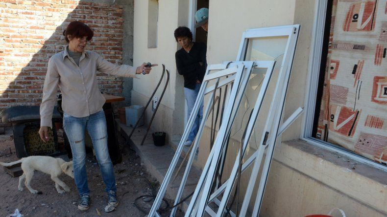 Gloria Hernández muestra los destrozos en su casa en febrero de 2014.