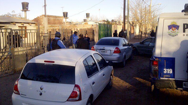 La Policía durante los allanamientos que realizaron el viernes a la mañana en el sector del barrio Belén.