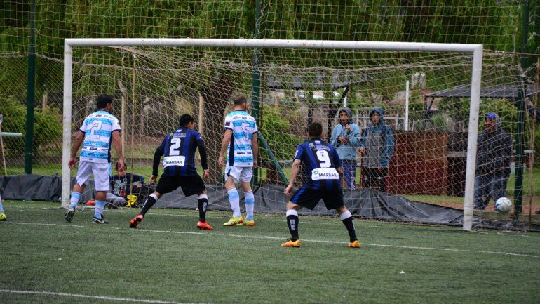 Rincón no afloja y sueña con ganar su 4ª Copa Neuquén. Franco Acosta hizo los dos en el triunfo ante la ADC.