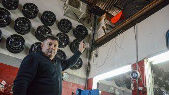 Javier Fernández, dueño de Chipy Neumáticos, mostró a LM Neuquén el boquete del techo y cómo los delincuentes rompieron la caja fuerte cortando justo donde estaba la plata.