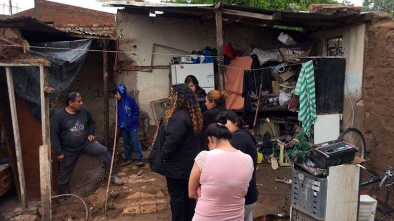 Fuertes lluvias en la Comarca: una pared se derrumbó y cayó encima de cuatro jóvenes