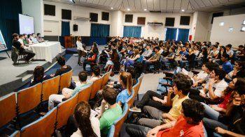 El Aula Magna de la UNCo, colmada de los futuros estudiantes de la Facultad de Ingeniería.