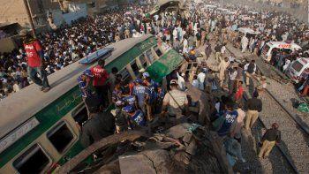Al menos 17 muertos en un choque de trenes en Pakistán
