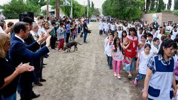 Omar Gutiérrez, ayer, saludando a niños de Bajada del Agrio.