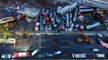 Impresionante choque en cadena en una autopista: 17 muertos