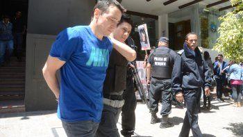 Alberto Soto siendo trasladado de las salas de audiencias de Yrigoyen 175.