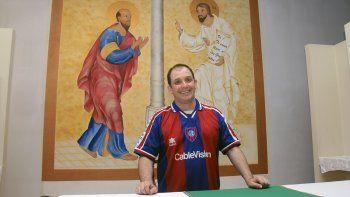 Esos colores. El padre con la camiseta del Ciclón en la capilla (arriba) y con la sotana con el escudo cuervo (abajo).