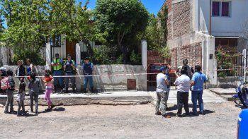 A la izquierda, familiares de la mujer alrededor de la vivienda en Villa Ceferino. A la derecha, los investigadores.