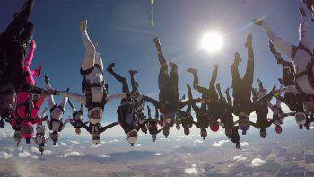 65 mujeres rompen un record mundial en paracaidismo