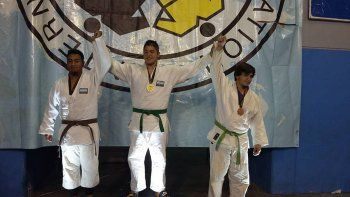Joaquín Burgos festeja su primer puesto en la categoría junior.