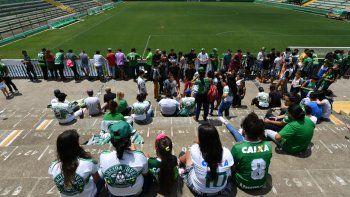 Los jugadores del Verde se tomaron una última foto antes de partir hacia Colombia. Con la tragedia consumada, la tristeza se manifestó de distintas maneras en Chapecó, Brasil.