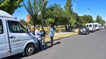 transportistas escolares protestan en el cpe por falta de pago atrasado