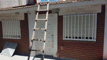 El abuelo subió al techo de su casa por esta escalera. Arriba resbaló.