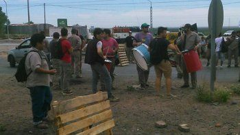 trabajadores de zanon levantaron el corte sobre la ruta 7
