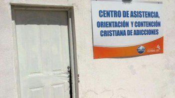 La puerta del centro de adicciones fue destruida por los delincuentes.