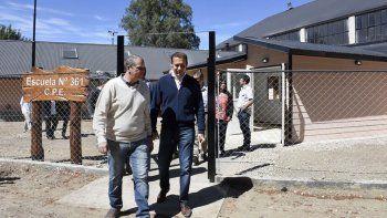 El gobernador recorrió las obras que están en marcha en Villa La Angostura.