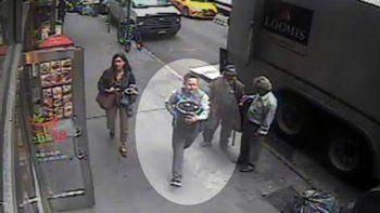El robo, en Nueva York, quedó registrado en un video: el ladrón no aparece.