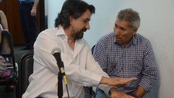 Ramón Romero durante la audiencia, con uno de sus defensores, Fernando Diez. Atrás, siete de sus hijos presenciaron la acusación que hizo la fiscalía.