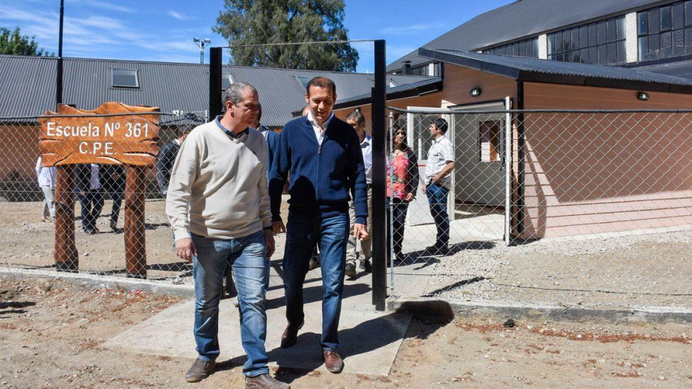 Ayer el gobernador recorrió obras y entregó aportes en La Angostura.