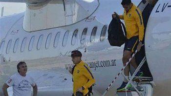 Los futbolistas de Boca descienden del avión tras uno de los viajes.