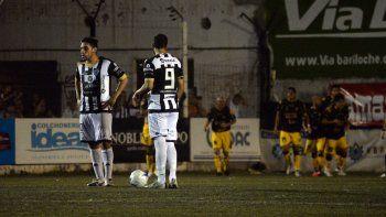 Matías Sosa y el Mono Taborda mastican bronca mientras los jugadores de Madryn festejan el gol de la valiosa victoria en La Visera.