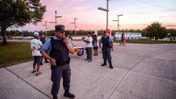 La Policía acudió al Paseo de la Costa el sábado por una violenta pelea. Arriba, a la derecha, uno de los apuñalados. Los robos se dan en sectores alejados.