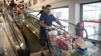 Gran cantidad de consumidores se volcaron a los supermercados, que comenzaron a promocionar ofertas.