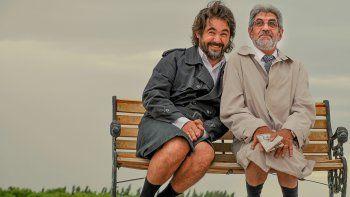 César y Darío Altomaro recorrieron diferentes puntos de la ciudad encarnando a los dos personajes que llevarán a escena el viernes a las 22.