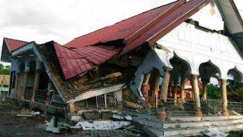 al menos 52 muertos y 300 heridos por sismo en indonesia