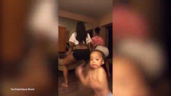bebe le arruina el perreo a dos mujeres y se roba el show
