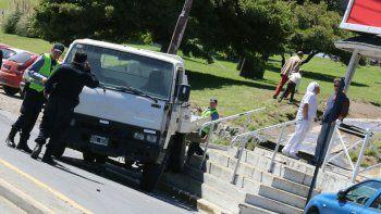 se le solto el freno de mano y atropello a 5 estudiantes chilenos