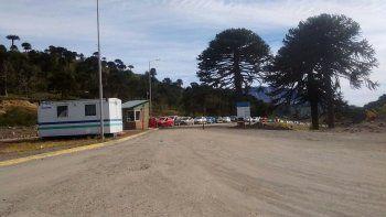 Ayer, a las 8, en la apertura del tránsito en Pino Hachado, más de 70 vehículos esperaban hacer los trámites para pasar a Chile. El panorama era igual en el Paso Samoré, cerca de La Angostura.
